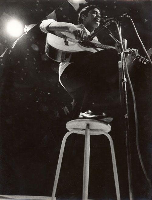 """Chico Buarque e Maria Bethânia em show no Canecão em 1975. Essa temporada no Canecão originou o disco """"Chico Buarque e Maria Bethânia ao vivo"""", no mesmo ano."""