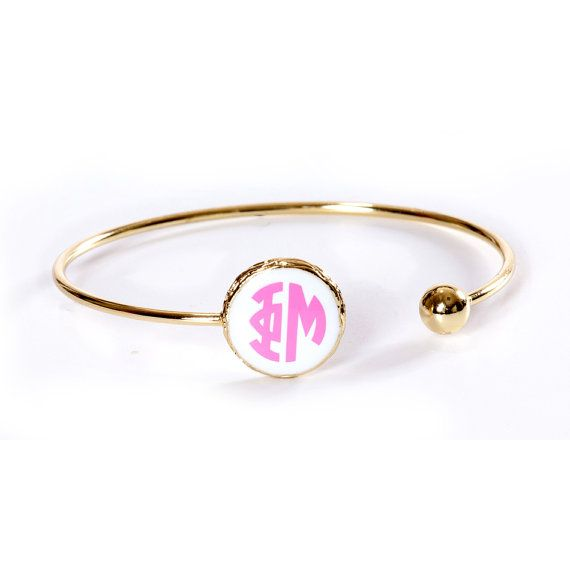 Gold finish Phi Mu Sisterhood bracelet. White disc with pink vinyl sorority monogram. Great gift for BigSis-LilSis or any occasion! Sassy Sorority is a licensed Greek vendor for 23 National Panhellenic sororities. Bulk discounts available for chapter orders. Convo us for details.