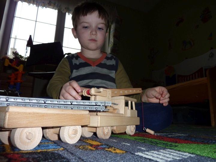 Vlaková drezína ze dřeva s otočným jeřábem a odpojitelným vagonem. Skladem