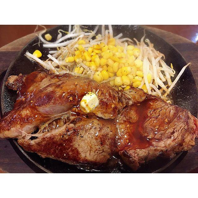 #仕事終わり の#肉♡ #ペッパーランチ 閉まってたから 妥協して違うとこにした( ´° ³°`) この#ステーキ…#300g www 因みに一緒に行った人は3段の #ハンバーグ 食べてましたとさ。 #新宿#歌舞伎町#鉄板王国#夜食 #リブアイ#beef#steak#happy