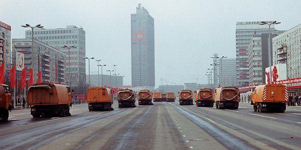 War was? Fahrzeuge der Berliner Stadtreinigung säubern die Karl-Marx-Allee nach der Demonstration zum 1. Mai 1977. – Quelle: http://www.berliner-zeitung.de/28541616 ©2017