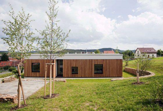 Casa simples com um andar e três quartos, mostramos sua combinação de persianas de madeira e dobráveis   – Plans of House