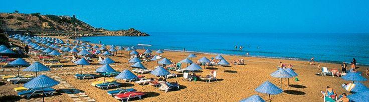 Kyrenia | A sziget északi, a törökök által lakott részén található a térség turisztikai központja, Ciprus egyik legrégebb óta lakott városa, festői vidéken épült, történelmi látnivalókban igen gazdag. A városban és környékén számos vár, kastély található. Érdemes felkeresni a hangulatos kikötő és az itt található erődítményt is ahol számos látnivaló mellett a világ egyik legrégebbi hajóroncsa is megtekinthető.