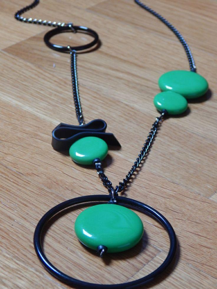 (37) κολιέ μαύρο - πράσινο με στοιχεία από χάντρες, κρίκους, καουτσούκ και δεμένο με αλυσίδα.