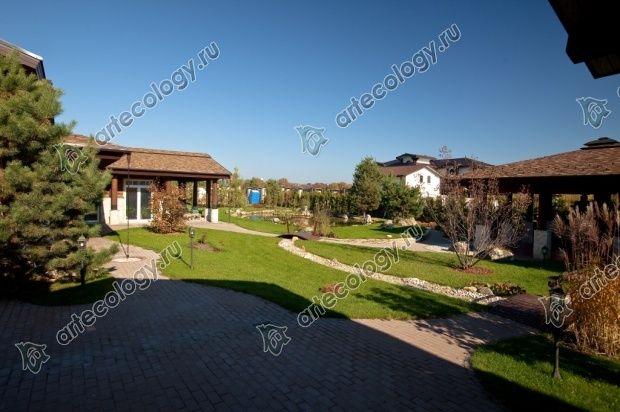 На фото справа дом, а слева баня