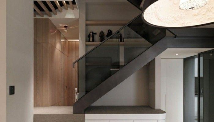 escalera con brandilla de cristal negro