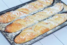 Zelf baguette maken met deze broodbak vorm van Emile Henry is zeer eenvoudig. Deze oven in een oven bak je brood als een echte Franse baguette.