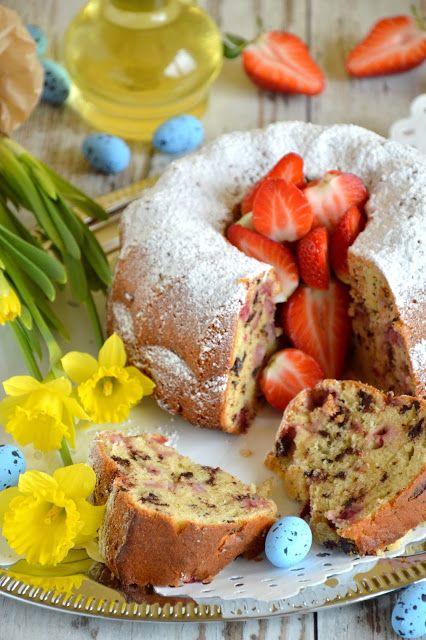 Passions, hobbies, life: Wielkanocna babka z truskawkami, kawałkami czekola...