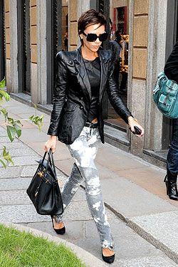 A Victoria Beckham é, das celebridades, a maior colecionadora de Birkin bags. Ela tem mais de 100, e a NY Mag estimou sua coleção em mais de 2 milhões de dólares. Pas mal… Como no post anterior falei sobre a nova cor, a Brighton Blue, fiz uma galeria com algumas das cores que ela já …