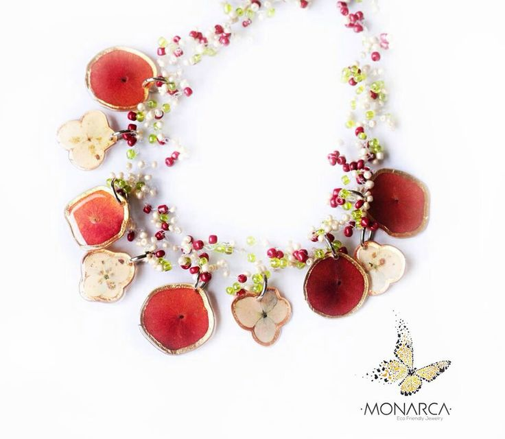 Collar en crochet con flores naturales.  Crochet necklace with natural pressed flowers