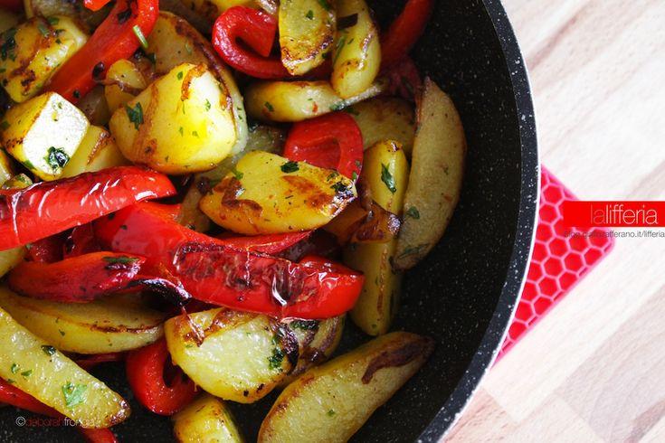 Il contorno di peperoni e patate in padella è un'idea piuttosto rapida e gustosa, piena di colore e di sapore, ideale per accompagnare carni o formaggi.