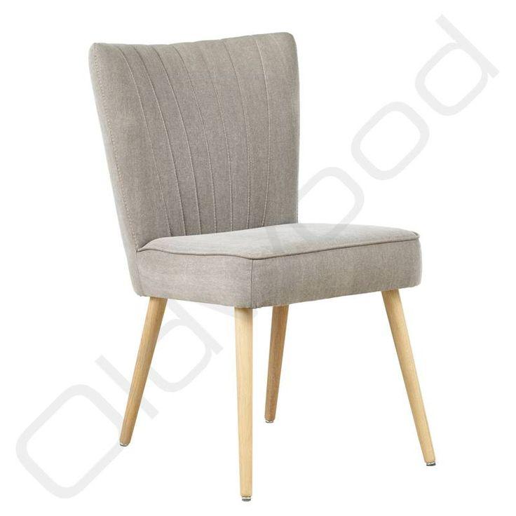 Deze licht-grijze stoel met een zachte uitstraling is bekleed met Pampa stof, goed als keukenstoel of voor in de woonkamer.