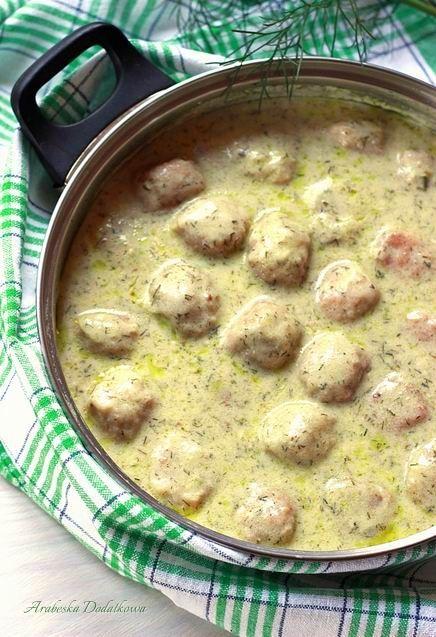 Klopsiki z mięsa wieprzowego w sosie koperkowym. Można je podawać z ziemniakami, ryżem, kaszą lub makaronem - co, kto lubi. Do tego su...