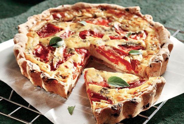Μια τάρτα με αφράτη μπισκοτένια ζύμη με γεύση ελιάς και πλούσια κρέμα τυριών και πιπεριάς Φλωρίνης. Σερβίρεται και κρύα.