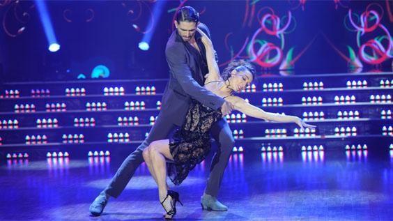 La última pareja de la noche estuvo compuesta por Mora Godoy y Marcos Ayala. La bailarina llegó con un montón de bailarines de su compañía y su hermano, todos preparados para hacer una demostración de tango y milonga. Todos brillaron en la pista al ritmo del dos por cuatro, firuletes y mucha pasión.
