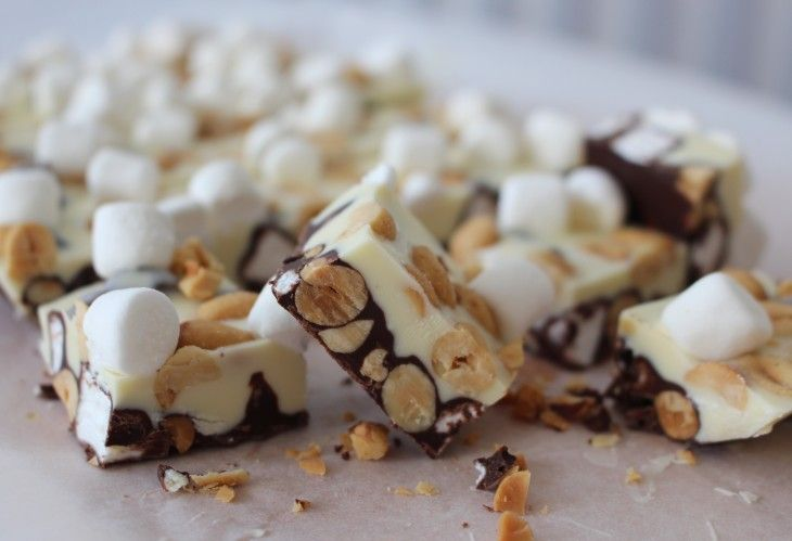 Rocky road på nytt vis - hälftenmörk choklad och hälftenvit choklad.