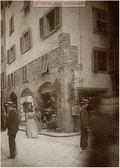 Via del Corso nei primi del '900(?) all'angolo si vede via dei Cerchi con un'osteria che vende la birra Paszkowski,
