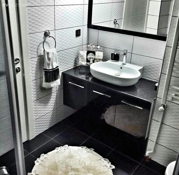 Evin pastel ve yumuşak atmosferinin aksine siyah-beyaz konstrast renklerde keskin görünümlü, şık banyo..