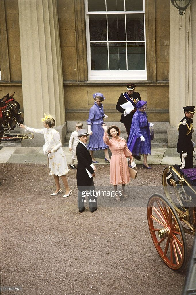 the-princess-margaret-waving-from-the-courtyard-at-buckingham-palace-picture-id77494747 (682×1024)