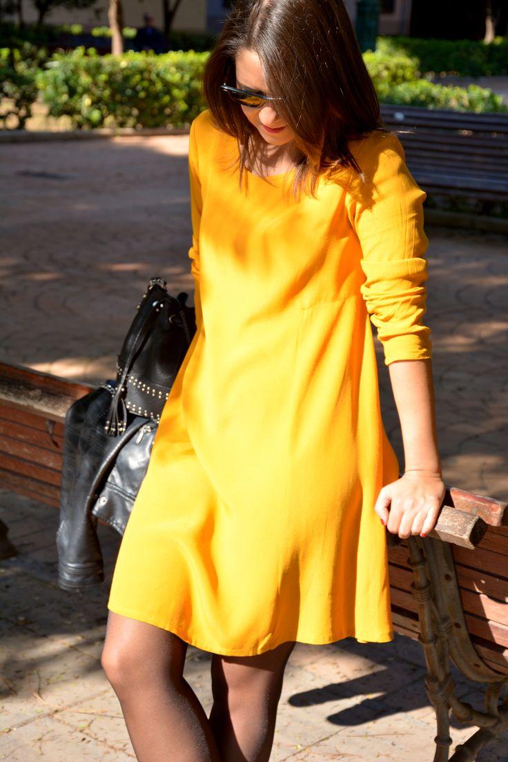 www.two-closets.com Un look con prendas básicas y a la vez estilosas, donde el vestido se convierte en protagonista gracias a su color, el mostaza. #mustard #mostaza #vestido #mango #perfecto #zara #black #moda #tendencias #look #otoño #autumn