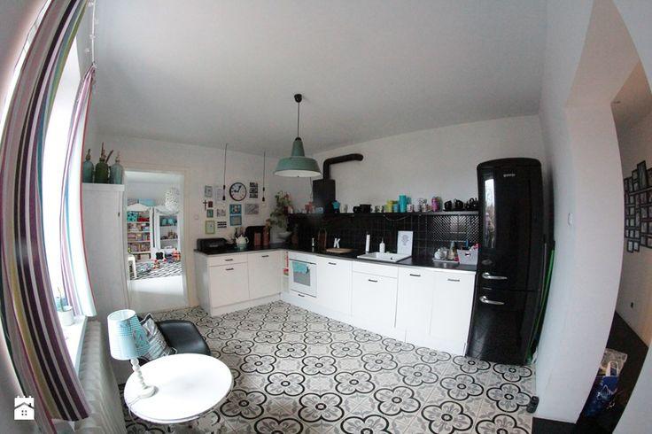 Płytki azulejos w czarno – białej kuchni