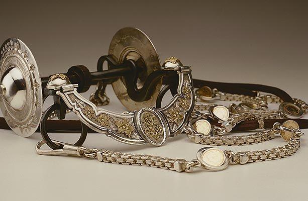 Freno de acero con copas de pontezuela de plata y oro.