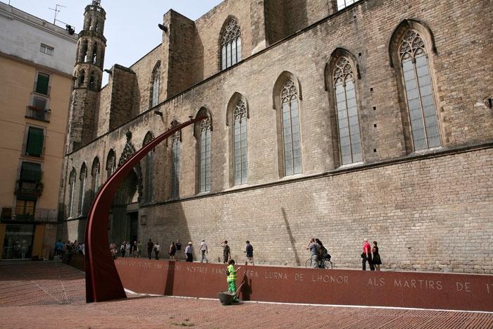 Fossar de les Moreres    Al cementiri a tocar de Santa Maria del Mar s'hi van enterrar moltes persones que havien participat en la defensa de Barcelona contra les tropes de Felip V. Vista del Fossar de les Moreres.