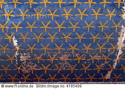 Deir el-Bahari - Totentempel der Pharaonin Hatschepsut. Deckenmalerei, Sternenhimmel, gelb auf blau, Luxor, Ägypten