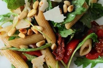Italian pasta salad with arugula and dried tomatoes   – Rezepte