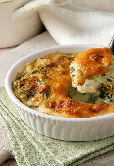 Gemüse-Fisch-Auflauf mit Käse - Rezepte, die man super vorbereiten kann - Für eine große Auflaufform braucht man: 3/4 l Wasser 2 Fleischtomaten 1 EL Gemüsebrühe (Instant) 2 kleine Zucchini 1 Zwiebel 1 Fenchelknolle 300 g Brokkoli 500...