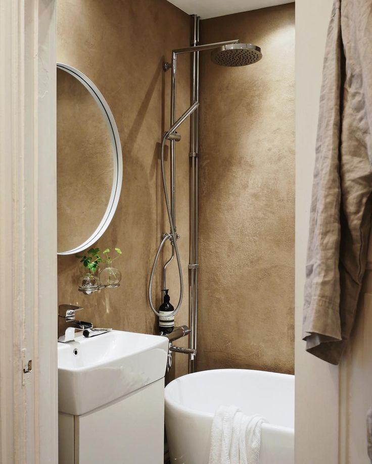 Här har vi lera på väggarna! 😊💩 /M  –  #inredning #inspiration #interior #design #decor #decoration #gbgftw #inspo #interiör #inspired #deco #vsco #interiorinspo #picoftheday #scandinavian #apartment #interior4you #hemmahosmajorskan #bathroom #badrum #lerputs #bathtub #badkar