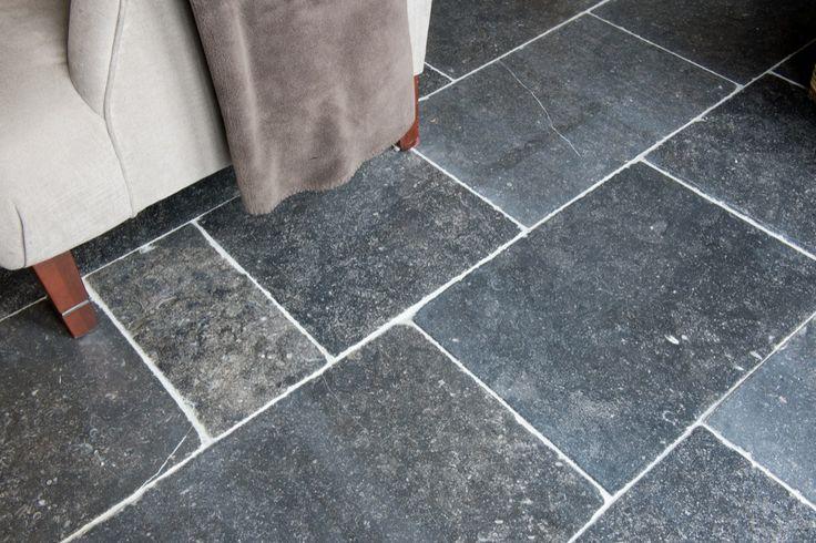 Belgisch hardsteen      Belgian bluestone Finish  Stylo Romano ; Donker geschuurd oppervlak met