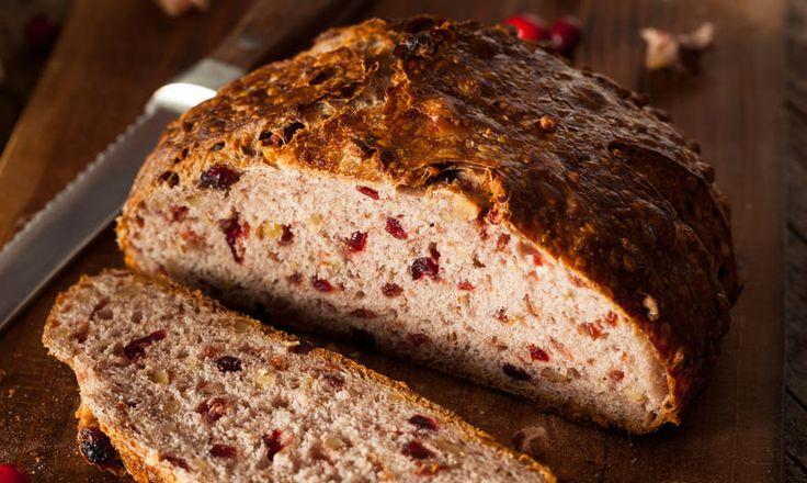 Vůně domácího chlebu je jednou z nejkrásnějších vůní, evokující pocit domova. Představte si ale, že do něj přidáte netradiční brusinky. To bude teprve zážitek. tescorecepty.cz - čerstvá inspirace.