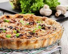Quiche au poulet et aux champignons : http://www.cuisineaz.com/recettes/quiche-au-poulet-et-aux-champignons-83231.aspx