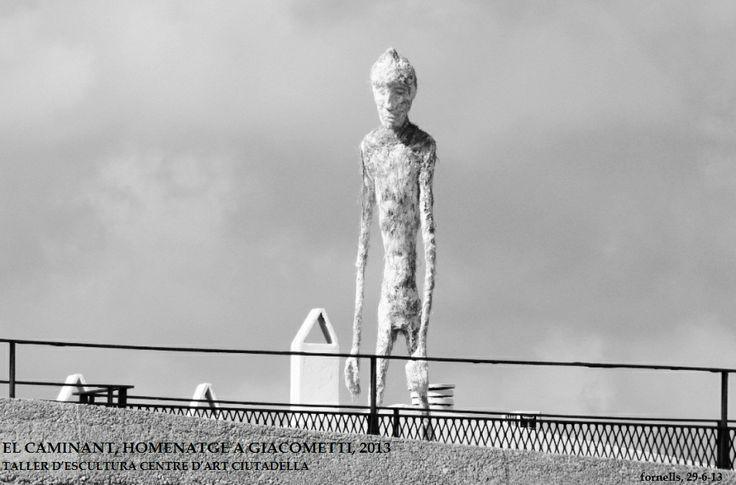Caminant, 2013 Homenatge a Giacometti  Fornells, Menorca. Castell de Sant Antoni. Taller d'escultura del Centre d'Art de Ciutadella, Menorca Estructura de ferro, fibres vegetals i ciment. 2m alçada