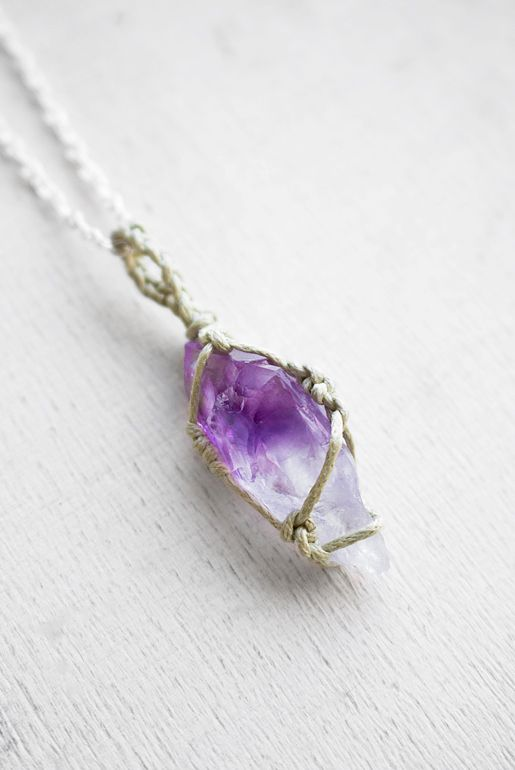 bohemiskt-halsband-med-ametist-kristall-bohemiska-smycken-macrame-halsband-bohemisk-webshop-7