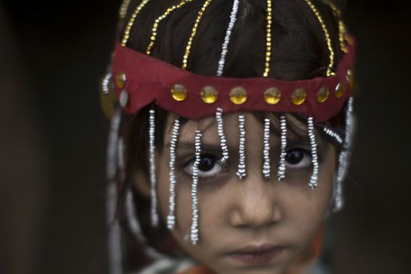Una niña paquistaní de cinco años desplazada por los combates entre talibanes y el ejército se prepara para la
