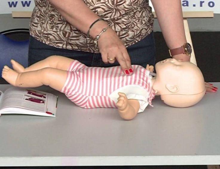 Tu știi să-ți ajuți bebelușul dacă s-a înecat cu un corp străin? Cele 90 de secunde care-i pot salva viața. VIDEO - Lecția de prim ajutor – episodul 1