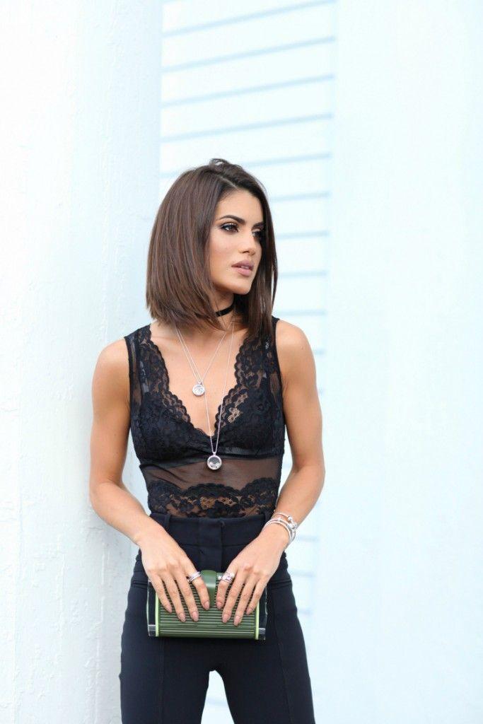 Look do dia da Camila Coelho: Renda total black, com calça de cintura alta e clutch metalizada.