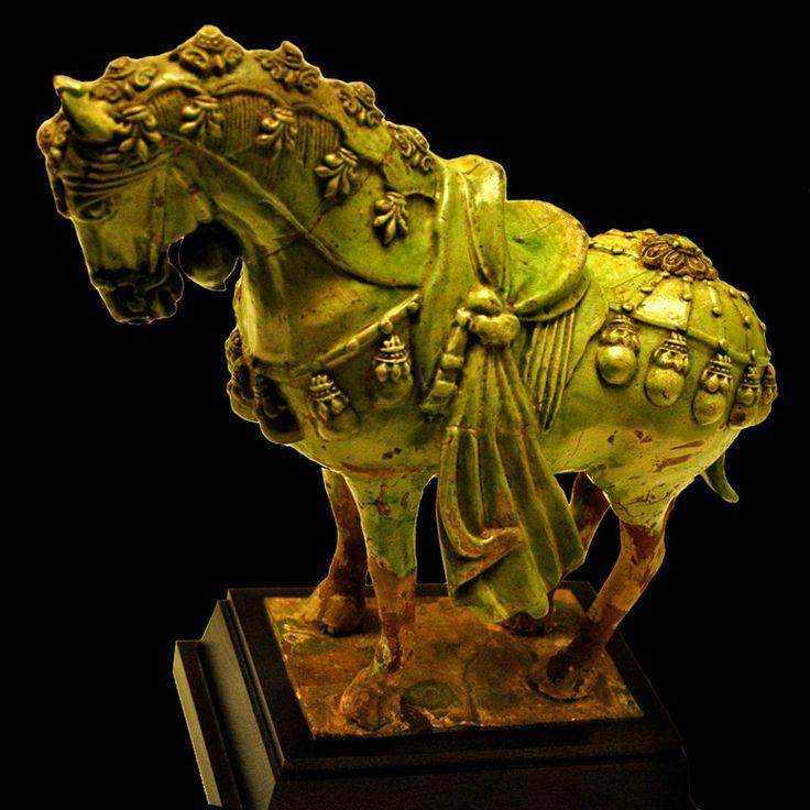 ЛОШАДЬ В ПАРАДНОМ УБРАНСТВЕ. КОНЕЦ VI-НАЧАЛО VII ВВ. Зеленая глазурованная керамика из Китая периода правления династии Суй (581-618)