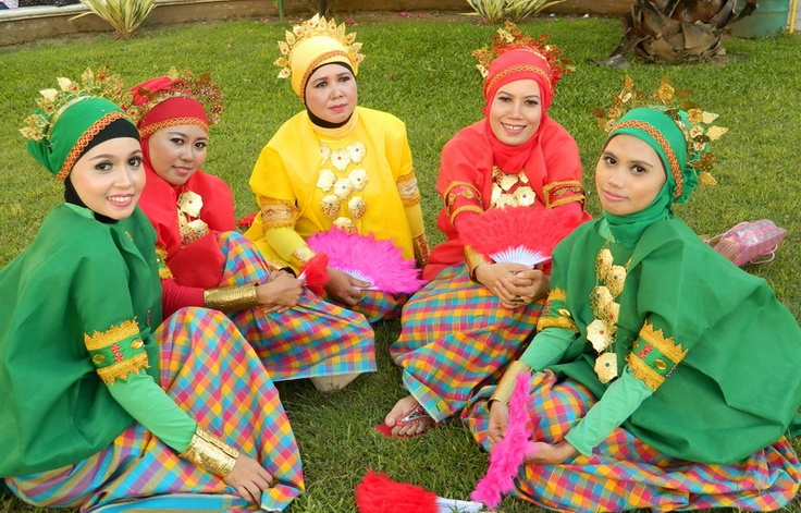 Girls in traditional custom..Makassaris Custom: Baju Bodo.