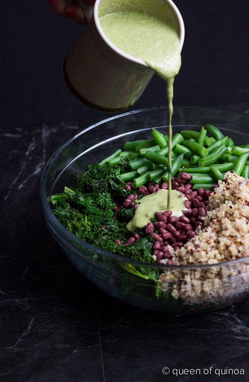 Un piatto completo e gustoso: insalata di #quinoa con cavolo riccio, #fagiolini a tocchetti e fagioli #azuki, condita con una salsa a base di #tahini, latte di mandorle non zuccherato, sale e aglio. #healthy #recipe #bean