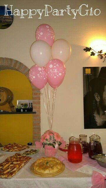 Tavola imbandita! Centrotavola con fiori e palloncini.