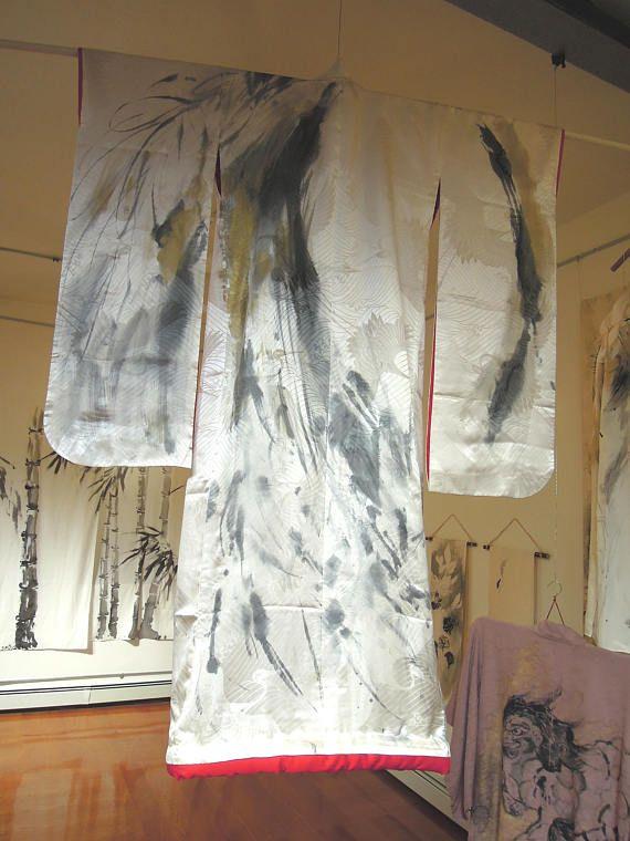 Kimono japonés antiguo Un total de pintado a mano Vestir arte Kimono de novia  Longitud total: 64,9 en (165cm)  Anchura total de 54,5 (138,5 cm)  Carnaza para carnaza: 27,1 pulgadas (69cm)  -100% fibra sintética -Lavado a mano con un detergente de lavado natural -Almacenar fuera de la luz del sol  Arte tradicional japonés, tinta Sumi-e pintura en moda por pintor de Sumi-e.  Todos mis trabajos son directamente pintados a mano y originales. Utilizo un Sumi superfino; un palo de tinta negra…