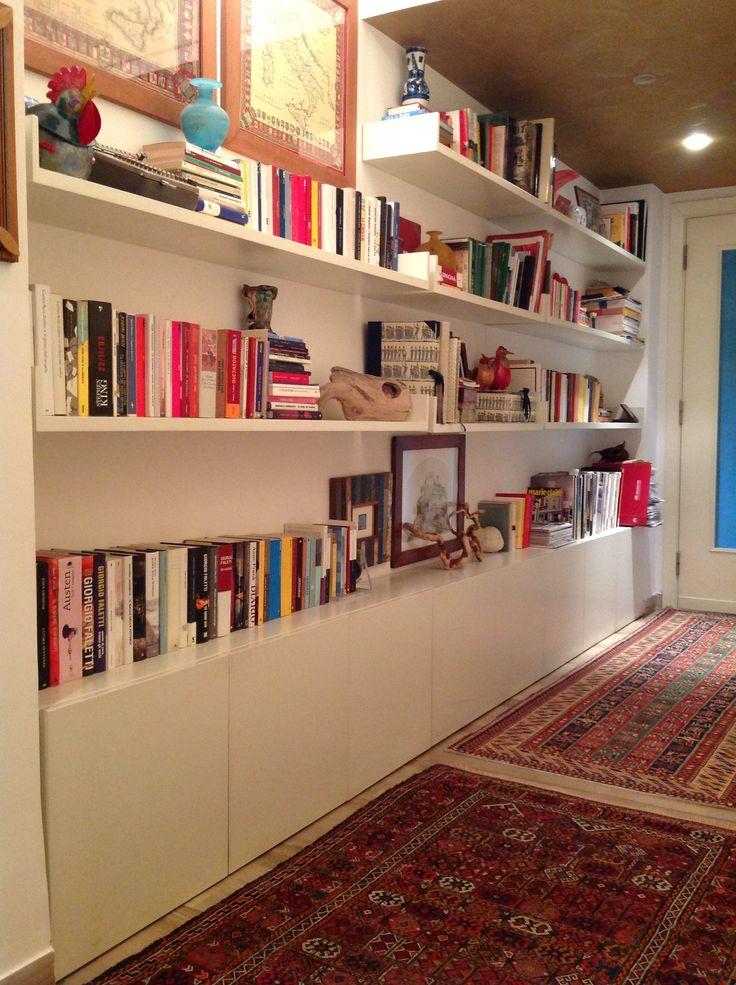 Libreria in una nicchia nel corridoio