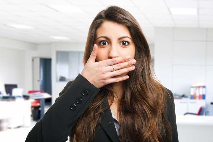 Nel 90% dei casi l'alito cattivo ha origine dal cavo orale, e si risolve rimuovendo le cause che lo provocano.  A volte è sufficiente una più attenta igiene della bocca, in altri casi può essere però il sintomo di malattie dei denti, come le carie, o delle gengive (parodontite o piorrea ) che evolvono in maniera silente.