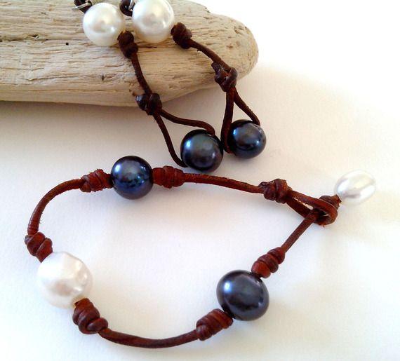 Parure bracelet et boucles d'oreilles perles de culture d'eau douce bicolore blanche et gris foncé sur cuir pour femme