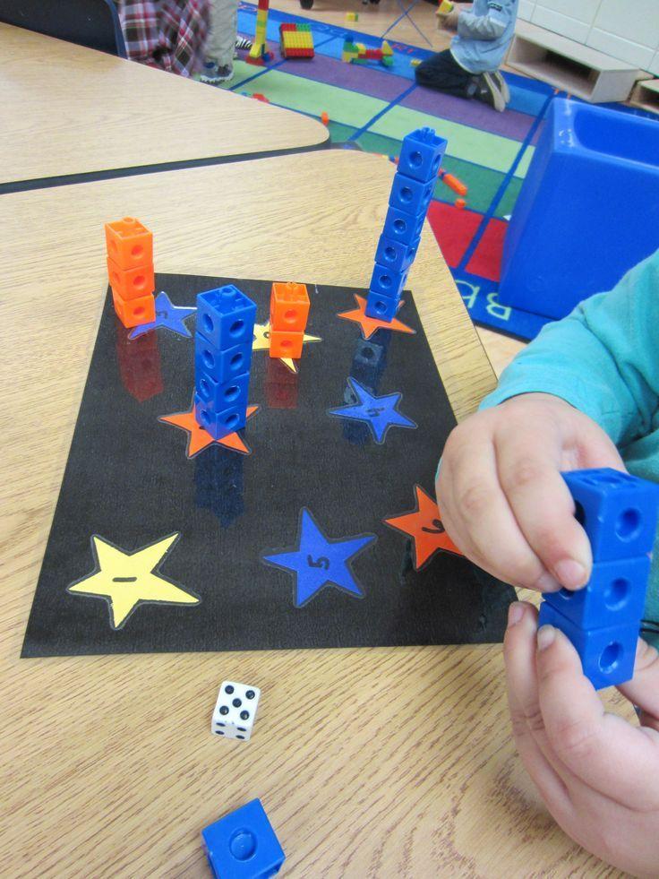 Je lance le dé et je prends autant de cubes que d'étoiles. J'assemble les cubes et je les mets sur l'étoile correspondante.