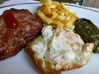 Plato combinado con hamburguesa