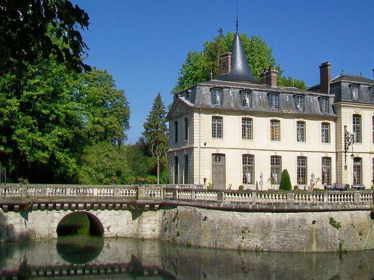 château, pont sur les douves et aile ouest - Château d'Ermenonville — Wikipédia